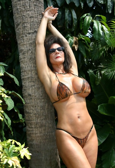 deauxma-looking-hot-at-the-beach