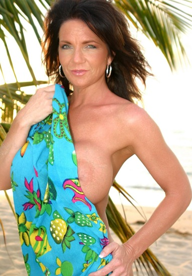 deauxma-naked-on-the-beach