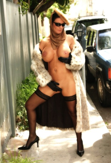 deauxma-naked-on-the-street