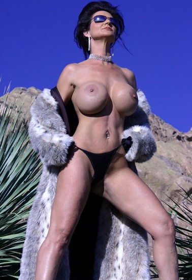 deauxma-naked-in-the-desert