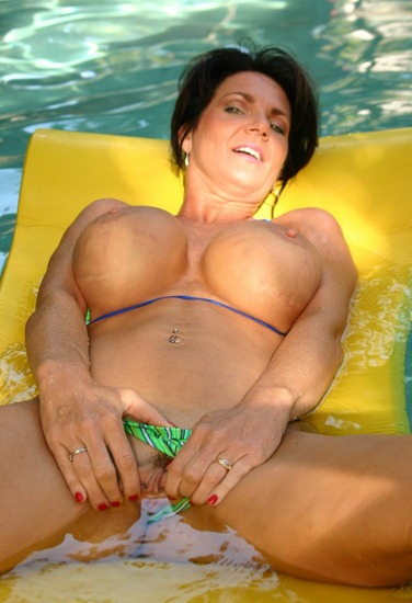 deauxma-playing-in-the-pool
