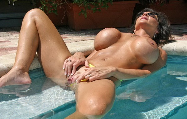 deauxma-masturbating-in-the-pool