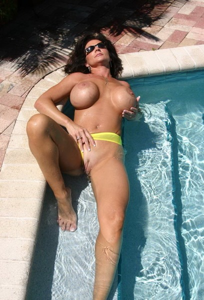 deauxma-naughty-in-the-pool