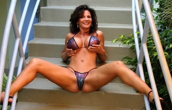 deauxma-stripping-on-the-stairs