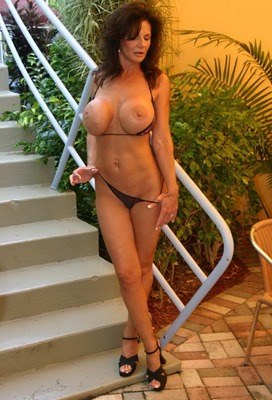 deauxma-teasing-and-stripping