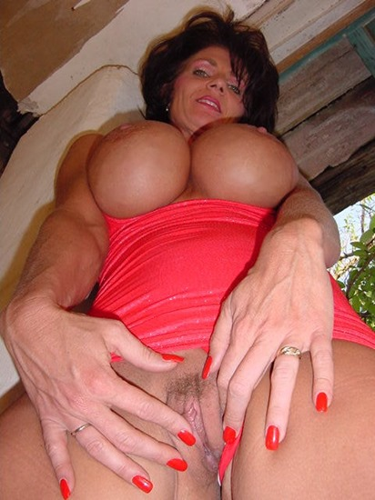 milf-deauxma-flashing-her-pussy